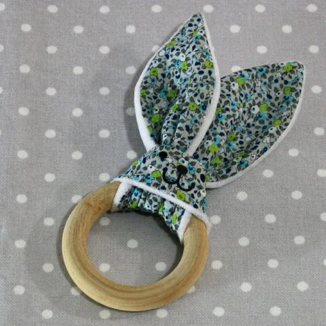 Anneau de dentition oreille de lapin fleurs bleues / handmade blue flowers teething ring