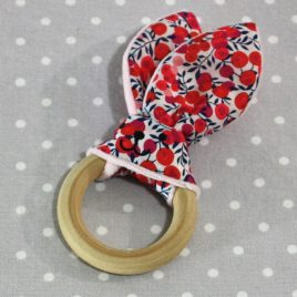 Anneau de dentition oreille de lapin en liberty rouge / handmade liberty flower teething ring