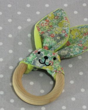Anneau de dentition oreille de lapin en liberty / handmade liberty flower teething ring