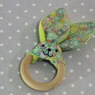 Anneau de dentition oreille de lapin en liberty / handmade liberty flower teething ring