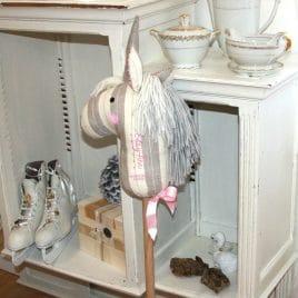Betsy-Ann, licorne bâton à chevaucher